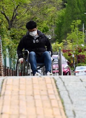 휠체어 보행환경 개선 약속, 2년 후에도 달라진 건 없었다