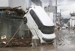 일본 폭우로 곤두박질한 차량