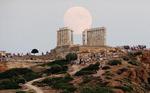그리스 포세이돈 신전 위에 뜬 만월