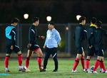 U-23 선수들과 대화하는 김학범 감독