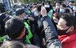 야당 초선들, 청와대 앞 경찰과 실랑이