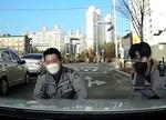 운전자 없는 택시…몸으로 막은 경찰