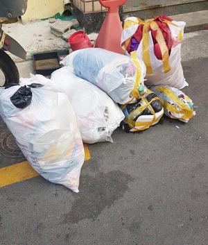 인건비 착복에 수거 거부…쓰레기가 집 앞에 쌓여간다