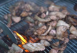 [캠핑의 맛] 쫄깃쫄깃 뒷고기, '겉바속촉' 장어 한 점…숯불 향연에 침이 꼴깍