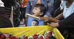 기둥 아래 숨어 軍 만행 SNS 고발…용감한 미얀마 국민