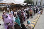 '백신외교' 중국 시노팜 기다리는 파키스탄인