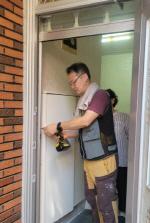 감천1동 지역사회보장협의체   주거취약계층 현관 방충망 지원