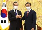 문재인 대통령·중국 왕이 만난 날, 북한 미사일 쐈다