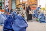 탈레반의 아프간서…빵 나눔 기다리는 여성들